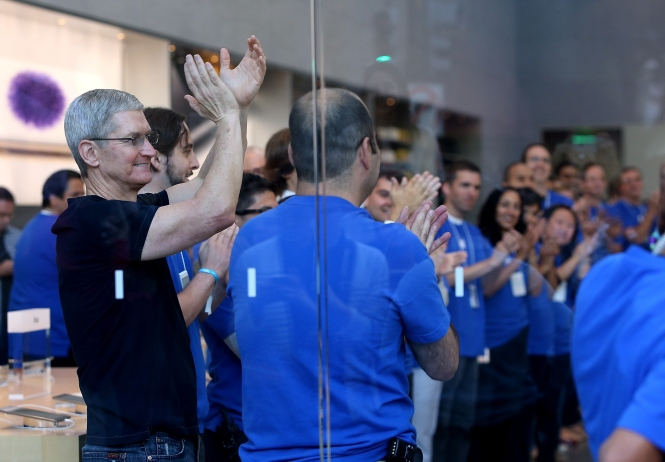 Apple CEO Tim Cook (L) cheers with Apple Store employees before opening the store to sell the new iPhone 6 in Palo Alto, California.  (Photo by Justin Sullivan/Getty Images)